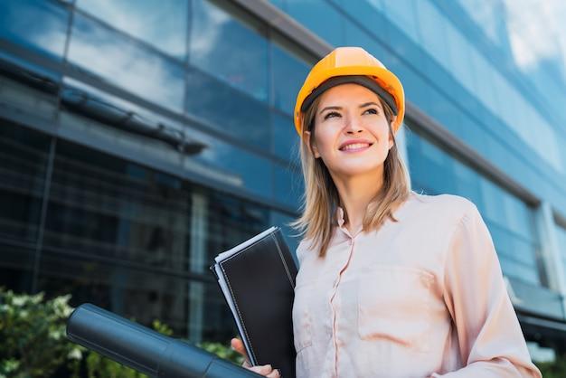 Professionelle architektin, die draußen steht Premium Fotos