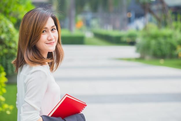 Professionelle asiatische geschäftsfrauen. berufstätige frauen lächeln glücklich genießen lebensstil. Premium Fotos