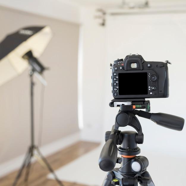 Professionelle dslr-digitalkamera auf stativ im fotostudio Kostenlose Fotos