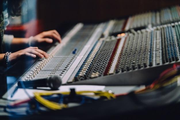 Professionelle hände in der nähe soundboard Premium Fotos