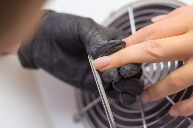 Professionelle hardware-maniküre. verfahren zur vorbereitung der nägel vor dem auftragen von nagellack. Premium Fotos