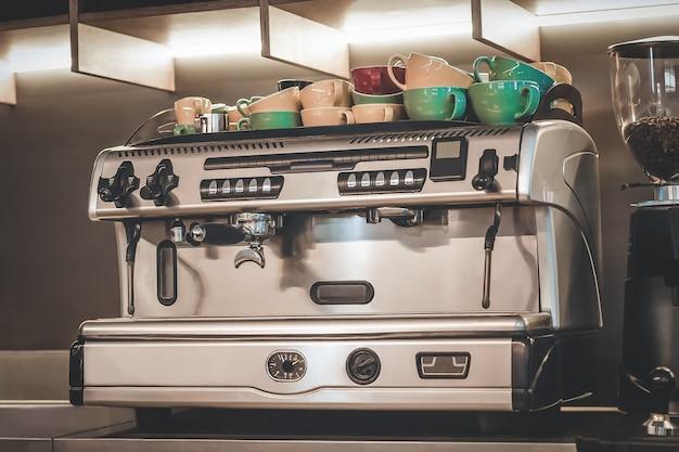 Professionelle kaffeemaschine mit farbigen kreisen auf der kaffeemaschine Premium Fotos