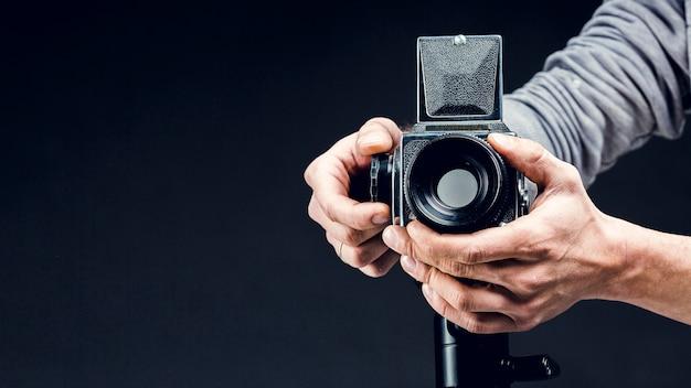 Professionelle kamera der vorderansicht, die justiert wird Kostenlose Fotos