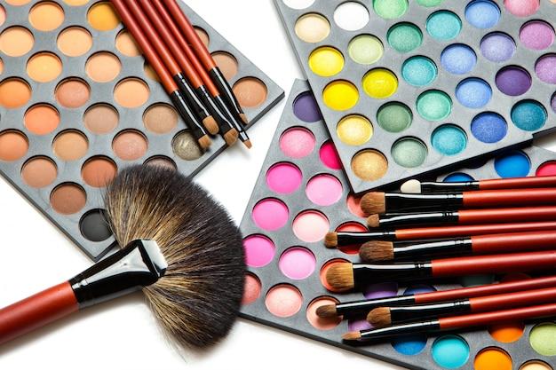 Professionelle make-up-pinsel und lidschatten-palette Premium Fotos