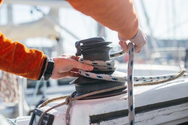 Professionelle segler- oder seglerstrumpfhose und spannseil oder drahtseil auf mechanischer winde auf segelboot oder yacht Kostenlose Fotos