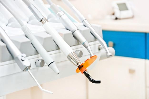 Professionelle zahnarzt-werkzeuge in der zahnarztpraxis. Kostenlose Fotos