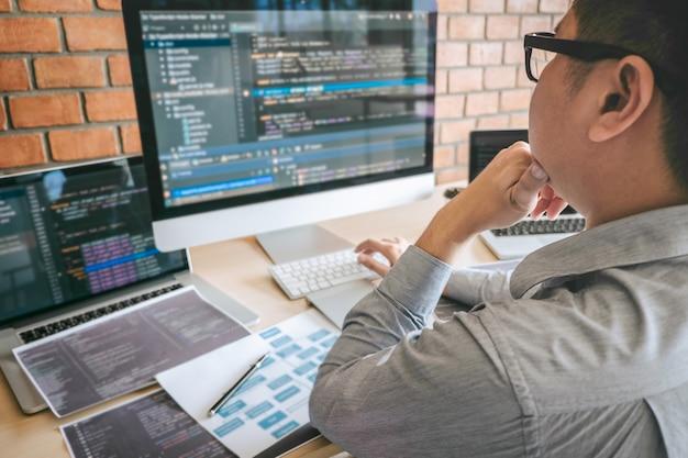 Professioneller entwickler-programmierer, der an einem software-website-design und einer codierungstechnologie arbeitet, codes und datenbanken im büro des unternehmens schreibt, global cyber connection technology Premium Fotos