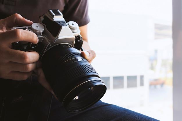 Professioneller fotograf konzentriert sich und setzt seine leidenschaft für die fotografie fort Premium Fotos