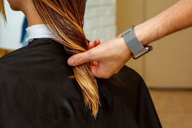 Professioneller friseur mit einem kunden im salon. Premium Fotos