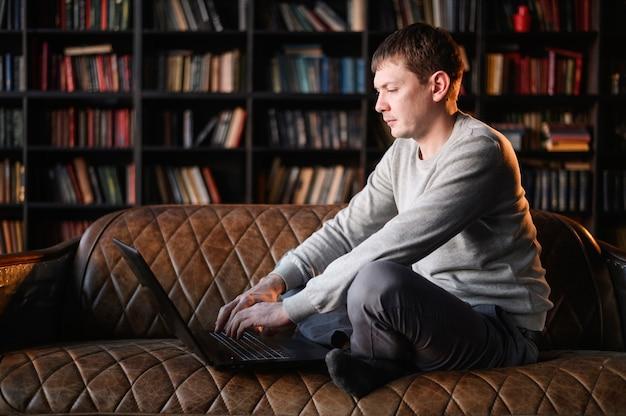 Professioneller junger mann, der fern arbeitet Kostenlose Fotos