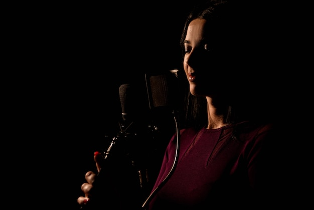 Professioneller musiker, der ein neues lied im studio aufnimmt. Premium Fotos