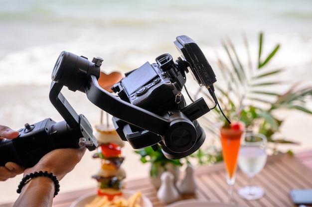Professionelles arbeiten mit spiegelloser kamera und kabellosem mikrofon am kardanstabilisator Premium Fotos