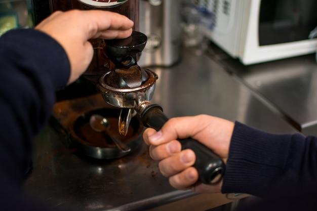 Professionelles brauen - details zur kaffeebar. Premium Fotos