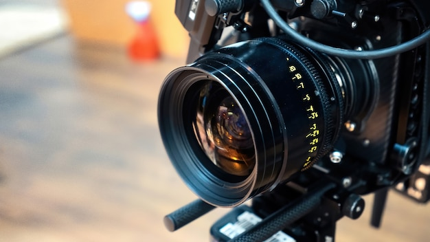Professionelles filmkameraobjektiv auf einem filmset Kostenlose Fotos
