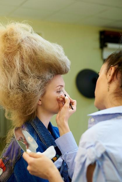Professionelles make-up in einem kosmetikstudio. Premium Fotos