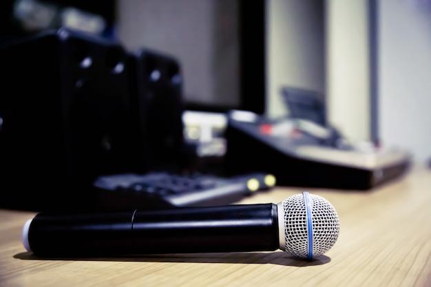 Professionelles mikrofon im besprechungsraum. Premium Fotos