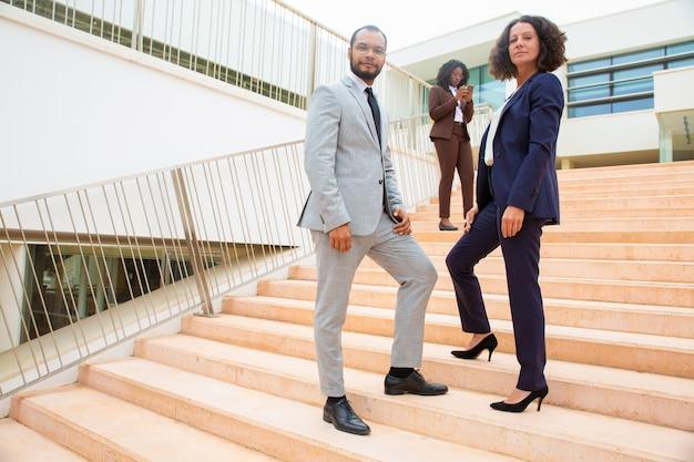 Professionelles multiethnisches business-team Kostenlose Fotos