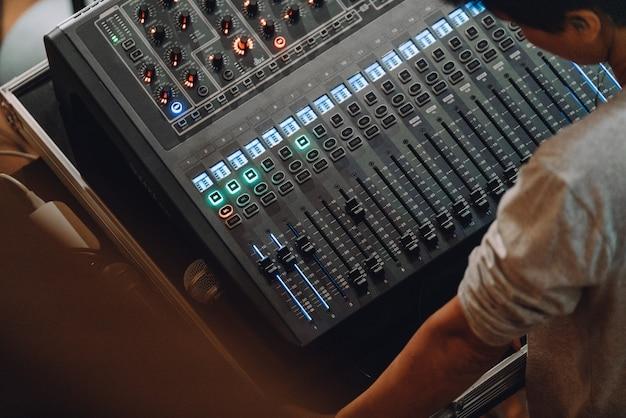Professionelles soundboard mit audiomixer-bedienfeld mit tasten und schiebereglern. Premium Fotos