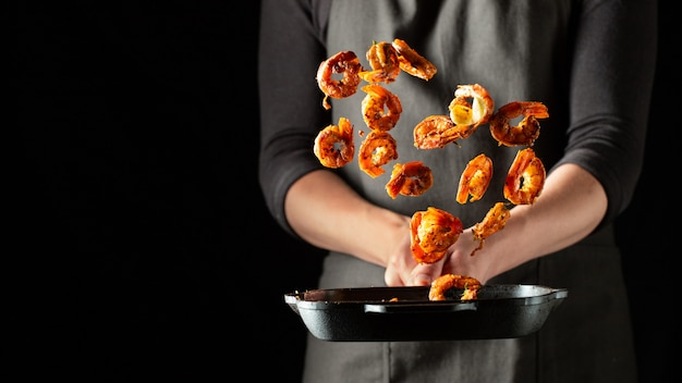 Profi-koch bereitet garnelen oder langusten Premium Fotos