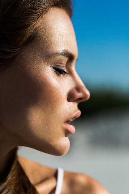 Profil der hübschen Frau mit rosa Lippen | Download der