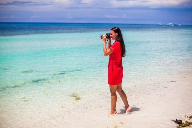 Profil der jungen frau fotografierte schönen meerblick auf weißem sandstrand Premium Fotos