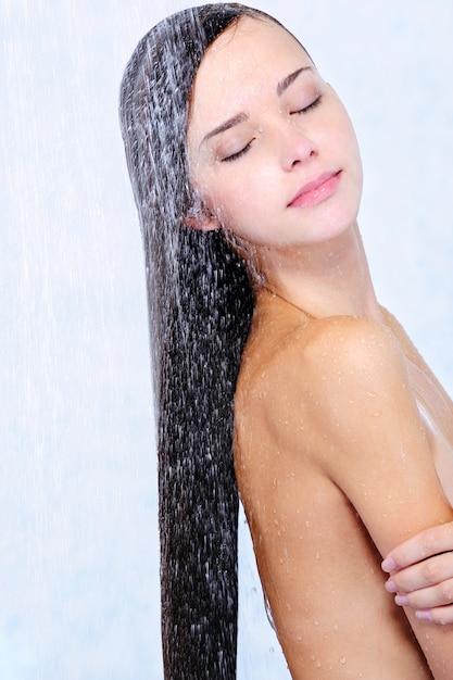 Profil des schönen mädchens beim duschen - nahaufnahmeporträt Kostenlose Fotos
