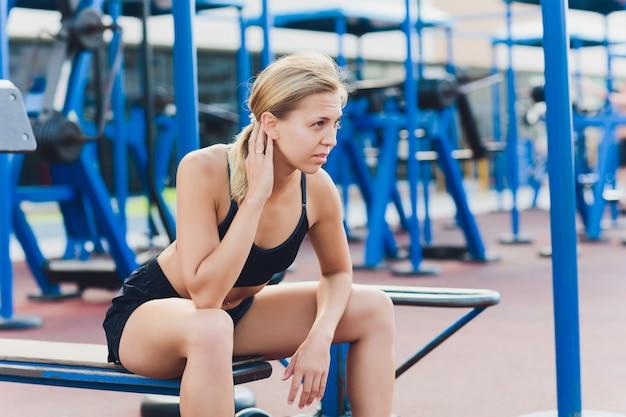 Profilansicht der sportlerin, die einige trizeps-einbrüche auf parkbank tut. Premium Fotos