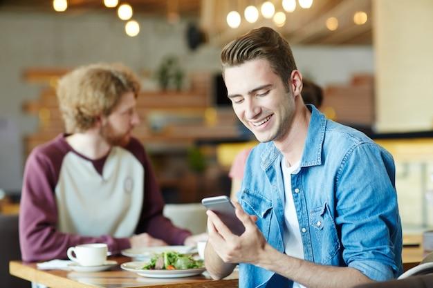 Promo im telefon lesen Kostenlose Fotos