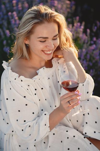 Provence frau, die im lavendelfeld entspannt. dame in einem picknick. Kostenlose Fotos