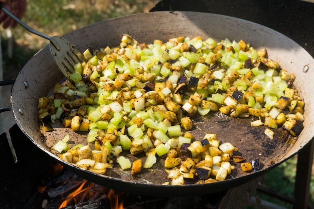 Prozess des kochens der paella mit meeresfrüchten Premium Fotos