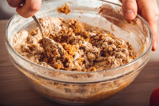 Prozess kochen hausgemachten seitan. wie man veganes fleisch macht Premium Fotos