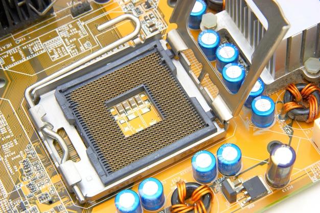 Prozessor auf dem gelben computer-motherboard Premium Fotos