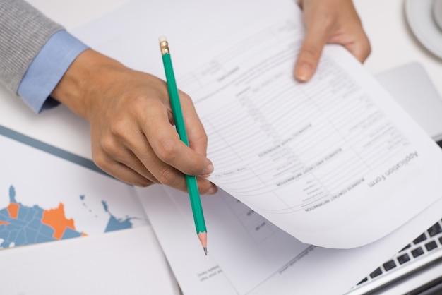 Prüfungsdokumente des managers bei tisch Premium Fotos