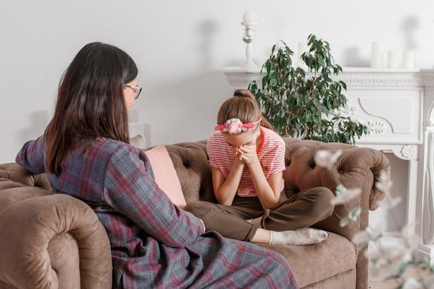 Psychotherapie für kinder. der psychologe arbeitet mit dem patienten Premium Fotos