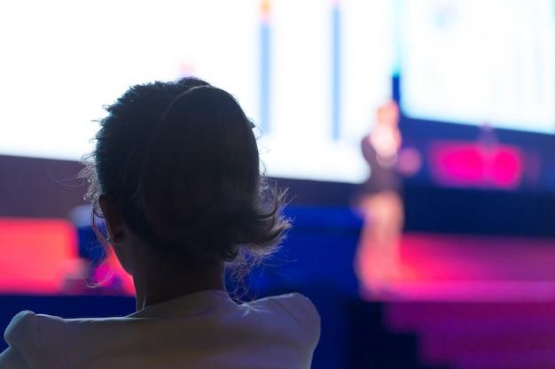 Publikum hört die sprecher auf der bühne im konferenzsaal oder im seminarsitzungs-, geschäfts- und bildungskonzept Premium Fotos