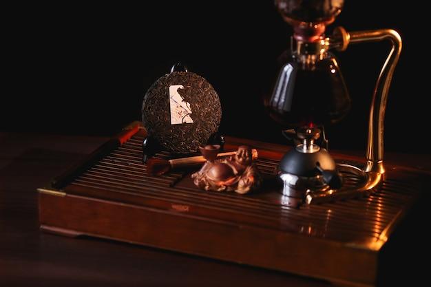 Puer tee im siphon mit extrudiertem pfannkuchen shu puer und buddha-statue Kostenlose Fotos