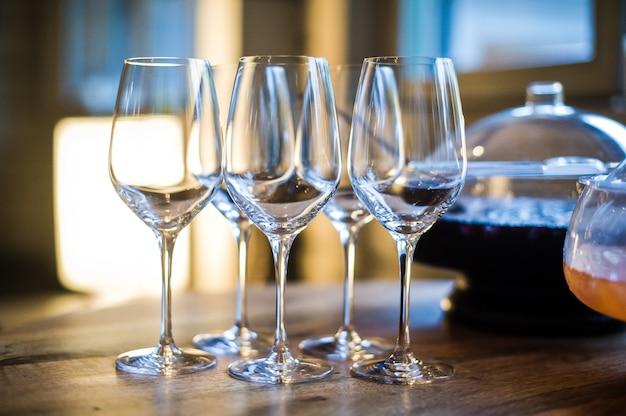 Punsch und gläser auf dem tisch im restaurant Premium Fotos