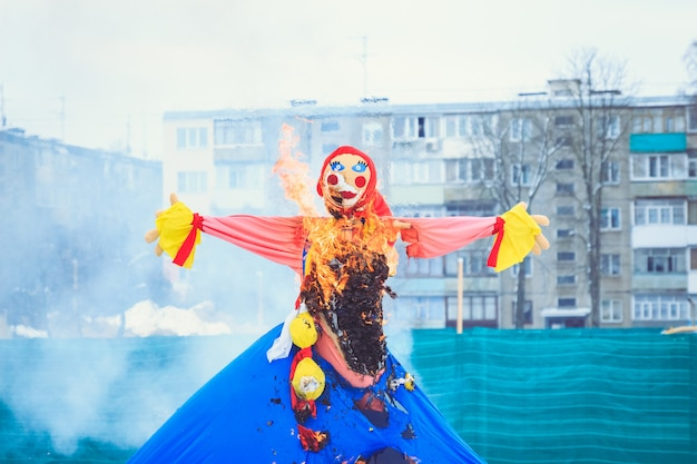 Puppe maslenitsa traditionelles festliches brennen am festival des frühlinges in weißrussland Premium Fotos