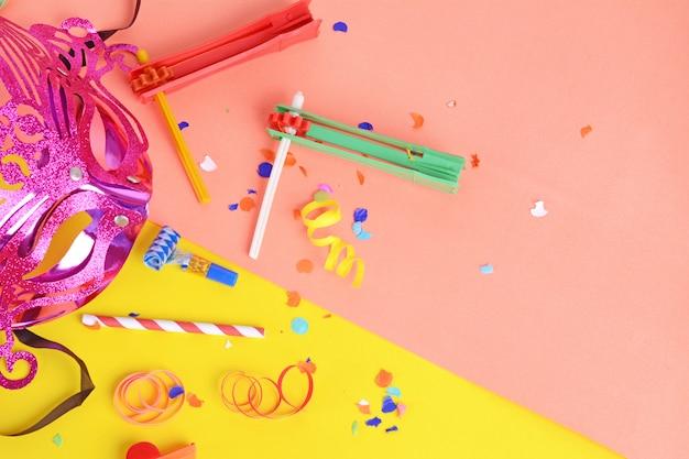 Purim-hintergrund mit karnevalsmaske und partykostüm Premium Fotos