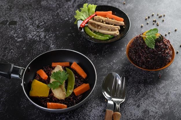 Purpurrote reisbeeren, gekocht mit gegrillter hähnchenbrust kürbis-karotten-blätter die minzeblätter in der schüssel und im löffel, gabel, saubere nahrung. Kostenlose Fotos