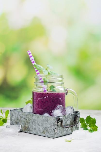 Purpurroter beere smoothie, diät des rohen lebensmittels Premium Fotos