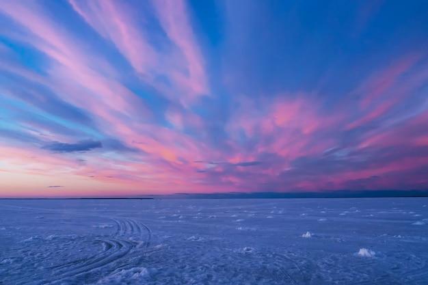 Purpurroter blauer sonnenuntergang oder sonnenaufgang im winter über dem fluss Premium Fotos