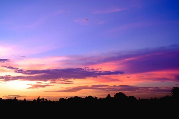 Purpurroter dämmerungs-sonnenuntergang. abendhimmel Premium Fotos