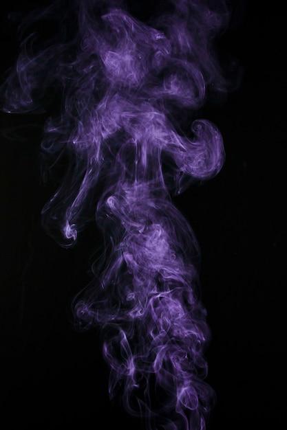 Purpurroter rauchdampf lokalisiert auf schwarzem hintergrund Kostenlose Fotos