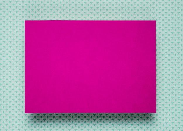Purpurrotes kartenmodell auf aquamarinem hintergrund Kostenlose Fotos