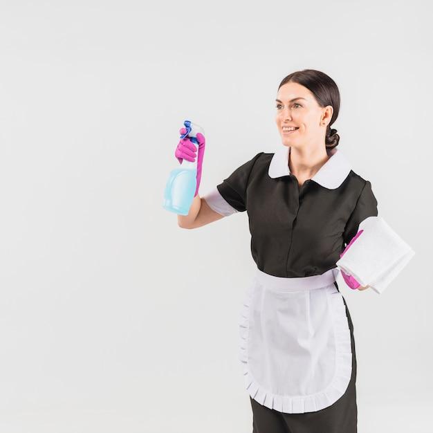Putzfrau in uniform mit reinigungsmittel und staubtuch Kostenlose Fotos