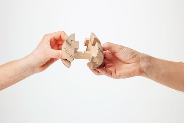 Puzzle in der hand lokalisiert auf weiß Kostenlose Fotos