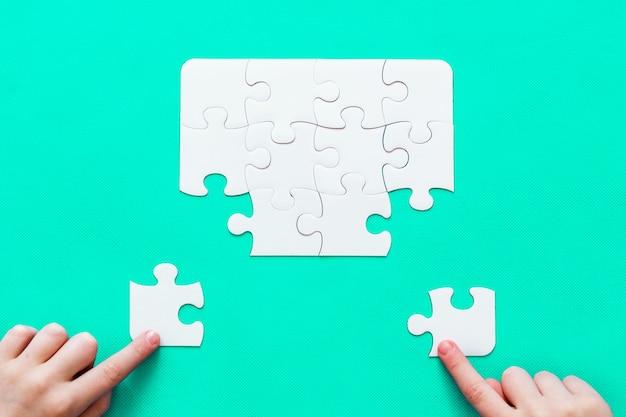 Puzzle mit fehlendem stück auf tadelloser hintergrund leutehand Premium Fotos