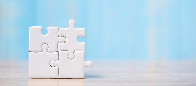 Puzzleteile auf hölzerner tabelle. lösungen, missionsziel Premium Fotos
