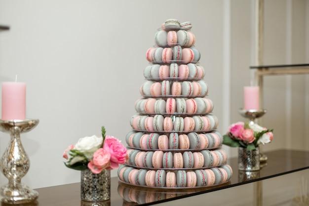 Pyramide aus bunten makronen, süßigkeiten am feiertag, essbare dekoration, Premium Fotos